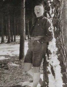 Pemimpin Nazi Hitler Berpidato & Celana Pendek