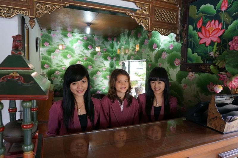 Resepsionis Hotel Taman Teratai Puncak, Didesain Sangat Elegan dan Dilayani Oleh Perempuan Yang Cantik dan Ramah