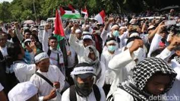 Aksi Bela Palestina, Ar-Rayah Besar Dibentangkan di Depan Kedubes AS